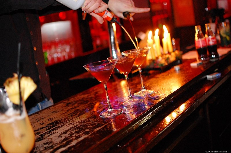 Barman-pouring-liquor849